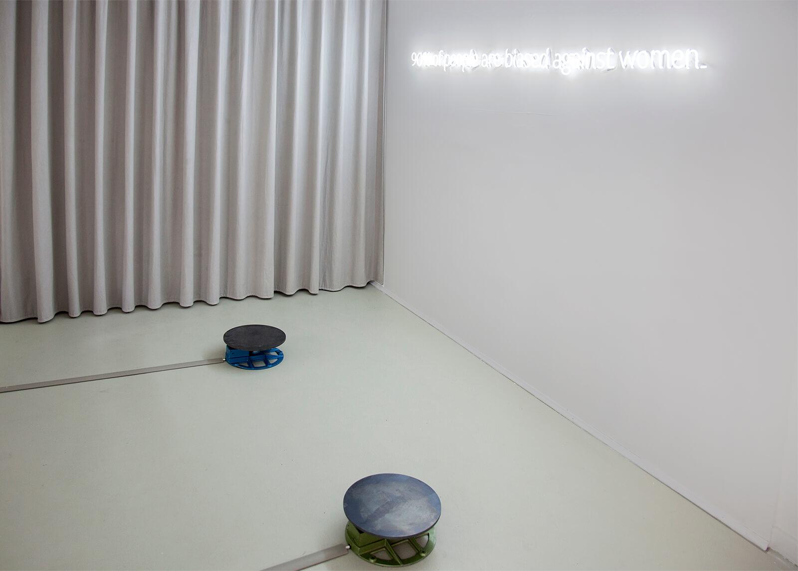 Blick in einen beige gehaltenen Raum