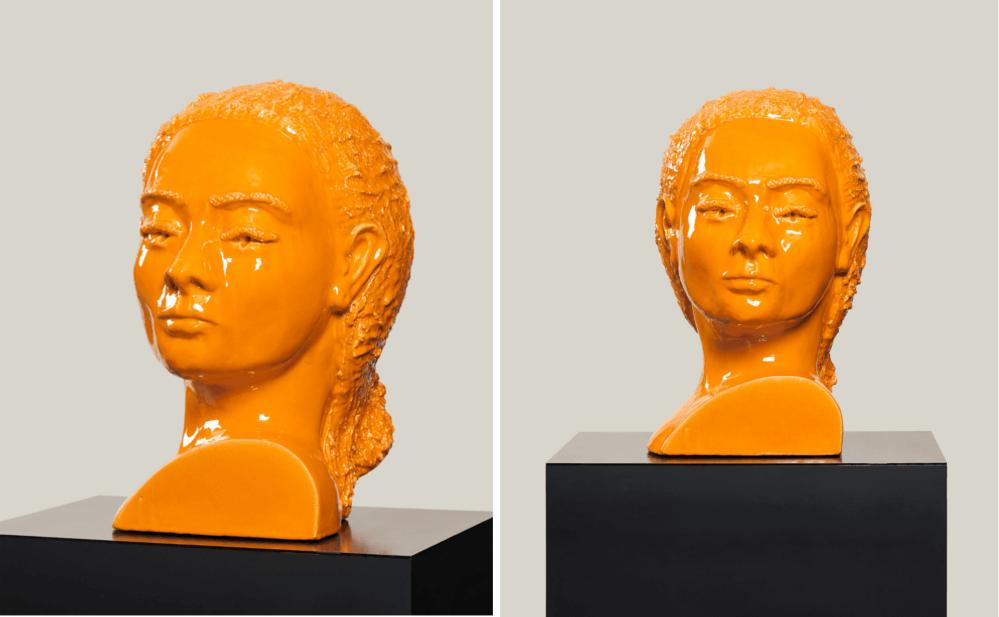 Zwei orange-farbene Frauenköpfe aus Keramik