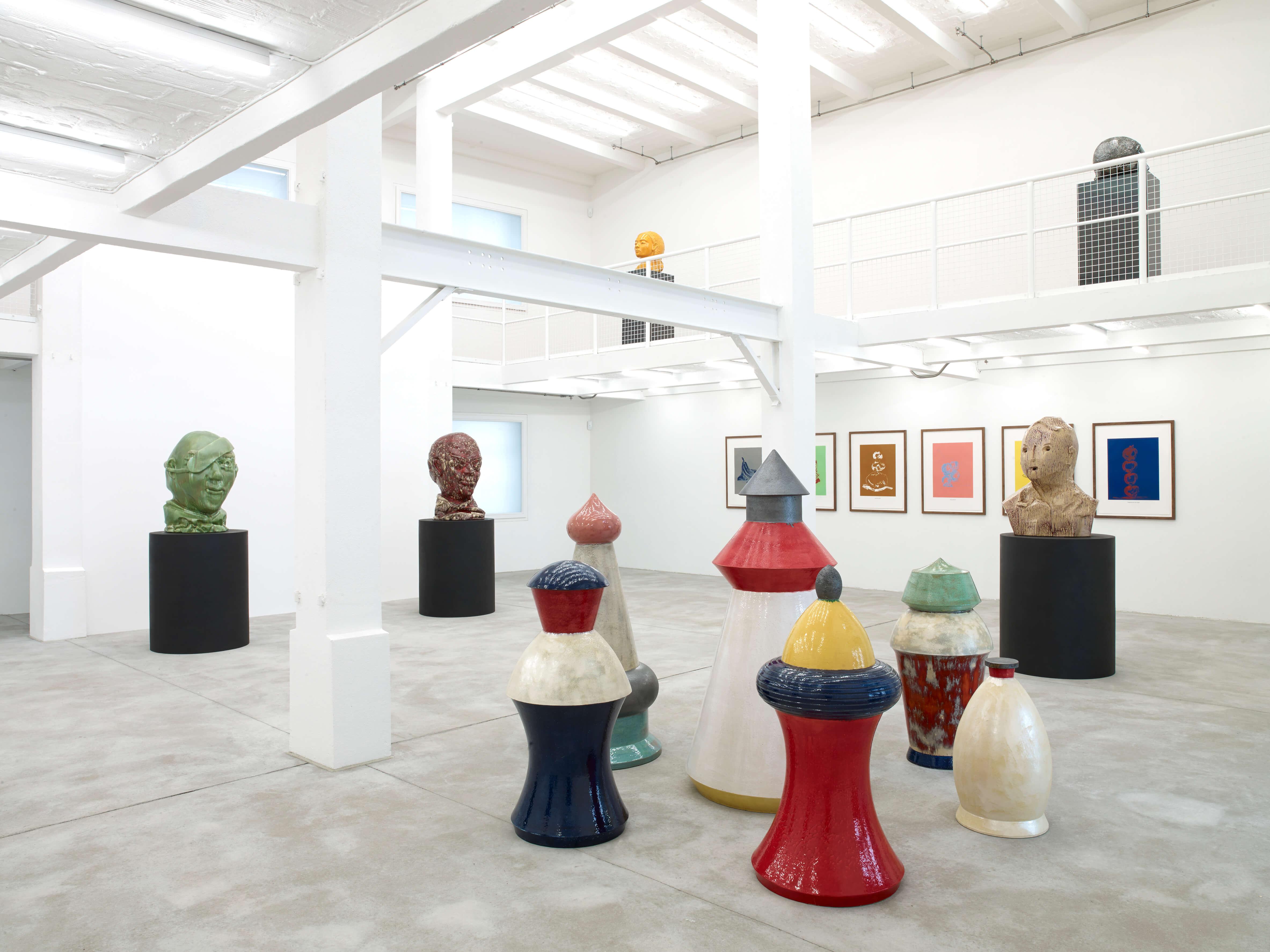 Blick in die Galerie Konrad Fischer mit Gartenzwergen von Thomas Schütte