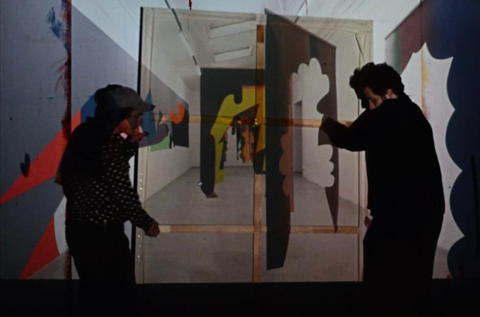 Die Künstler Johannes Mundinger und Daniel Hahn tragen ein Bild.