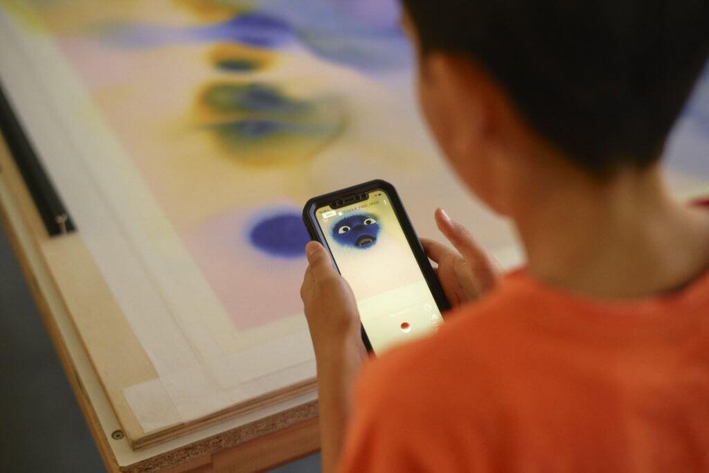 """Ein Kind benutzt die App """"Earth Speakr""""."""