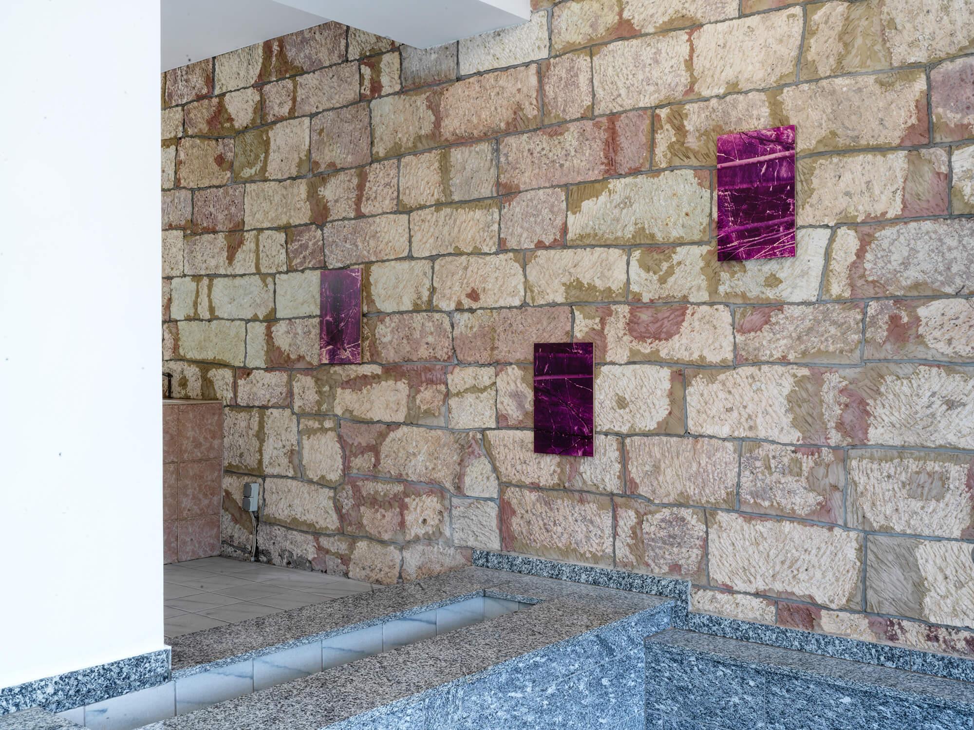 Drei pinkfarbene, rechteckige Arbeiten der Künstlerin Jenny Schäfer im Private Collectors Room.