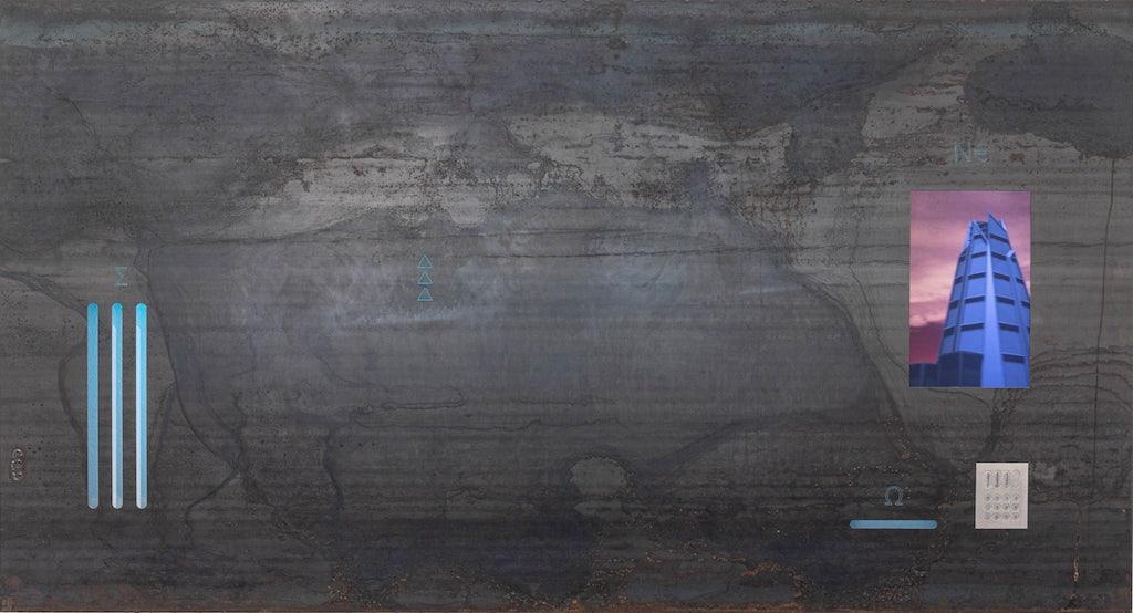 """Zu sehen ist die Arbeit """"Cryptic Machine Prototype A"""" von Niko Abramidis &NE. Man sieht eine graue Leinwand mit links drei blauen Schlitzen und rechts ein Screen."""