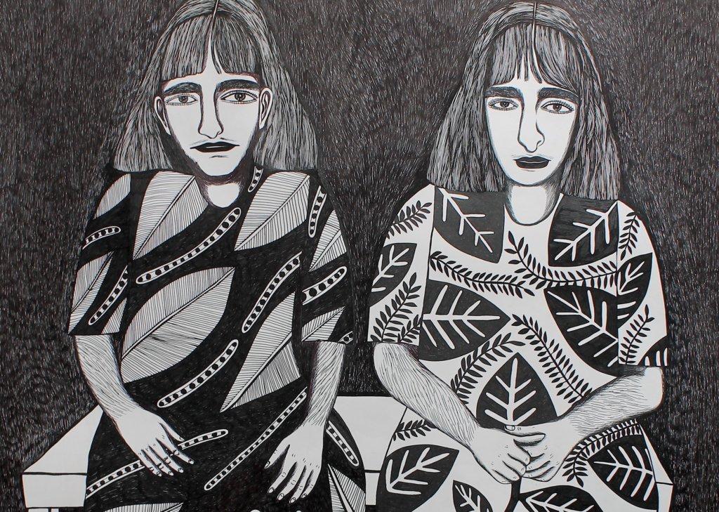 Man sieht die schwarz-weiß-Zeichnung von zwei Frauen in gemusterten Kleidern, die nebeneinander sitzen
