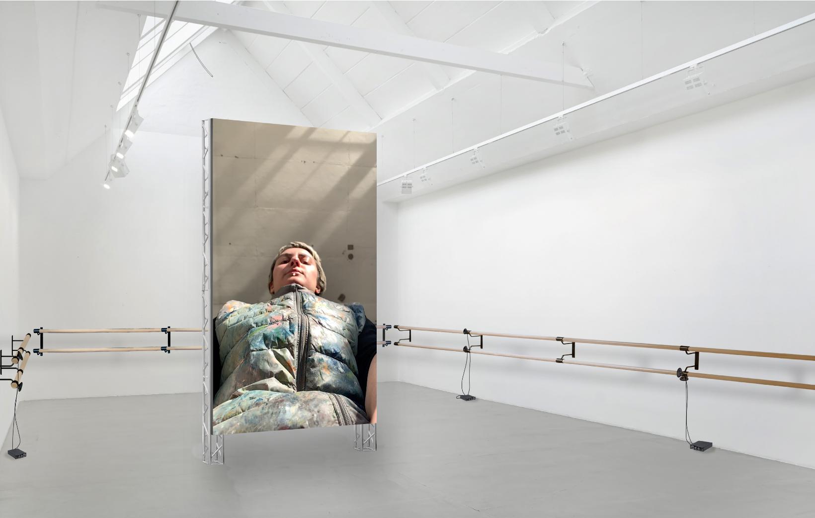 Auf einem hochformatigen Screen ist die Künstlerin Anna K. E. aus der Selfie-Perspektive zu sehen. Der Screen steht im White Cube der Galerie Barbara Thumm.