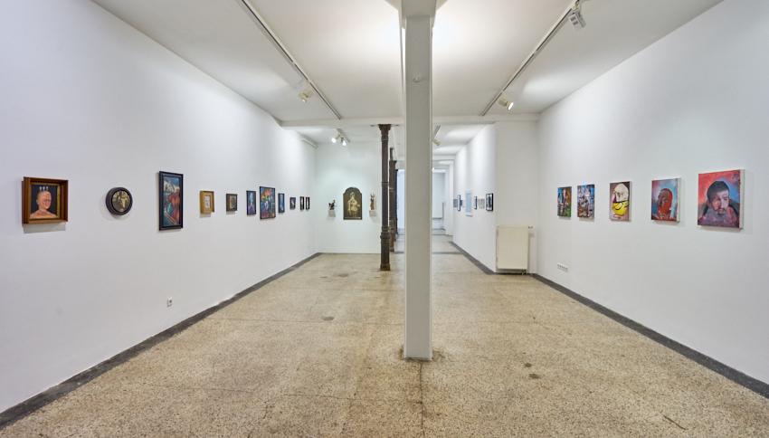 """Man sieht die Galerieräume frontal fotografiert. An den Wänden hängen Bilder aus der """"Don't Wake Daddy""""-Ausstellung."""