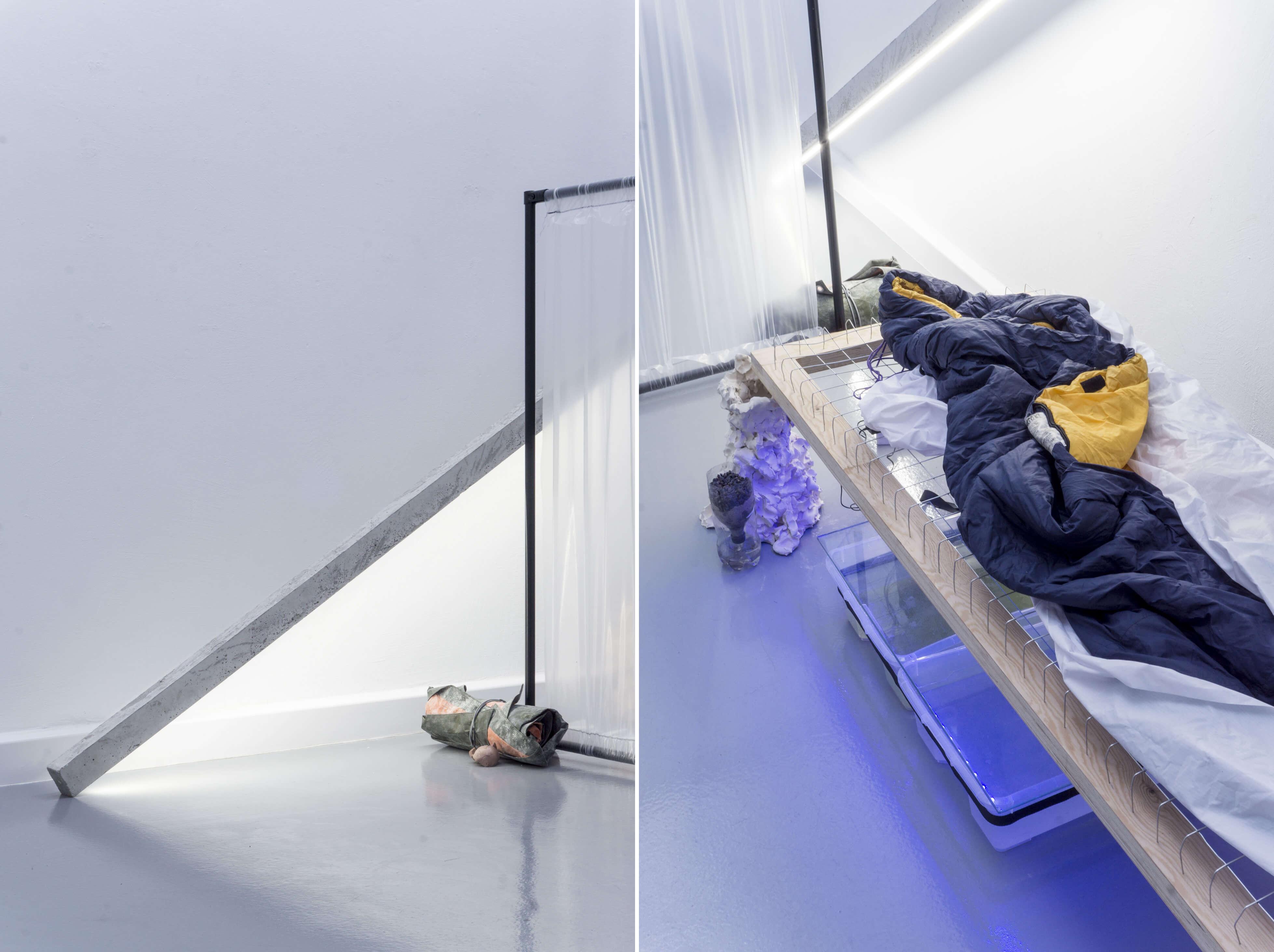 Installationsansichten Alexander Poliček. Links Metall, rechts ein Schlafsack.
