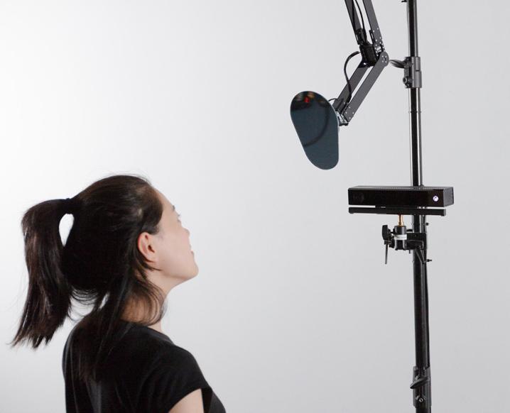 Eine junge Frau steht vor einem technischen Gerät