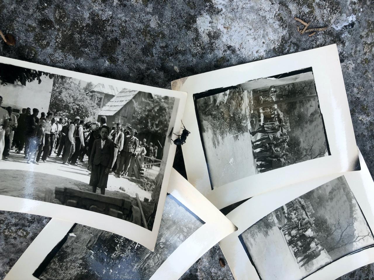 Foto von mehreren Schwarz-Weiß-Fotos, eine Arbeit von Šejla Kamerić.