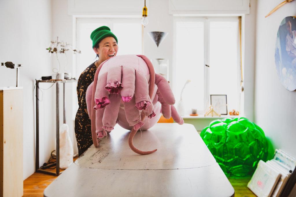 Künstlerin Anne Duk Hee mit rosafarbenem Plüschobjekt.