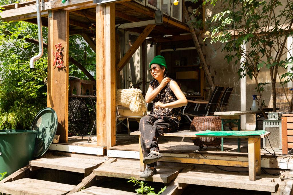 Anne Duk Hee auf der Terasse ihres Ateliers.
