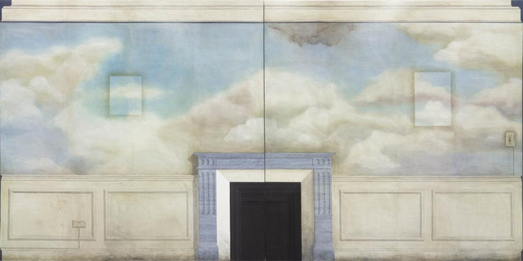 """Zu sehen ist die Arbeit """"May of Teck"""" von Lucy McKenzie. Man sieht eine Malerei, in der Mitte ist ein Kamin zu sehen, links und rechts hölzerne Panele, über dem Kamin eine Wand, darauf sind Wolken zu sehen."""