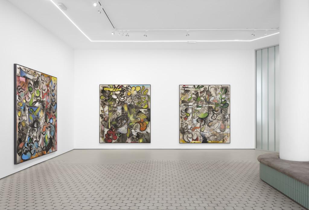 Ausstellungsansicht von Jan-Ole Schiemann, drei großformatige Leinwände an einer weißen Wand. Die Bilder sind bemalt mit Bleistift und Tusche.