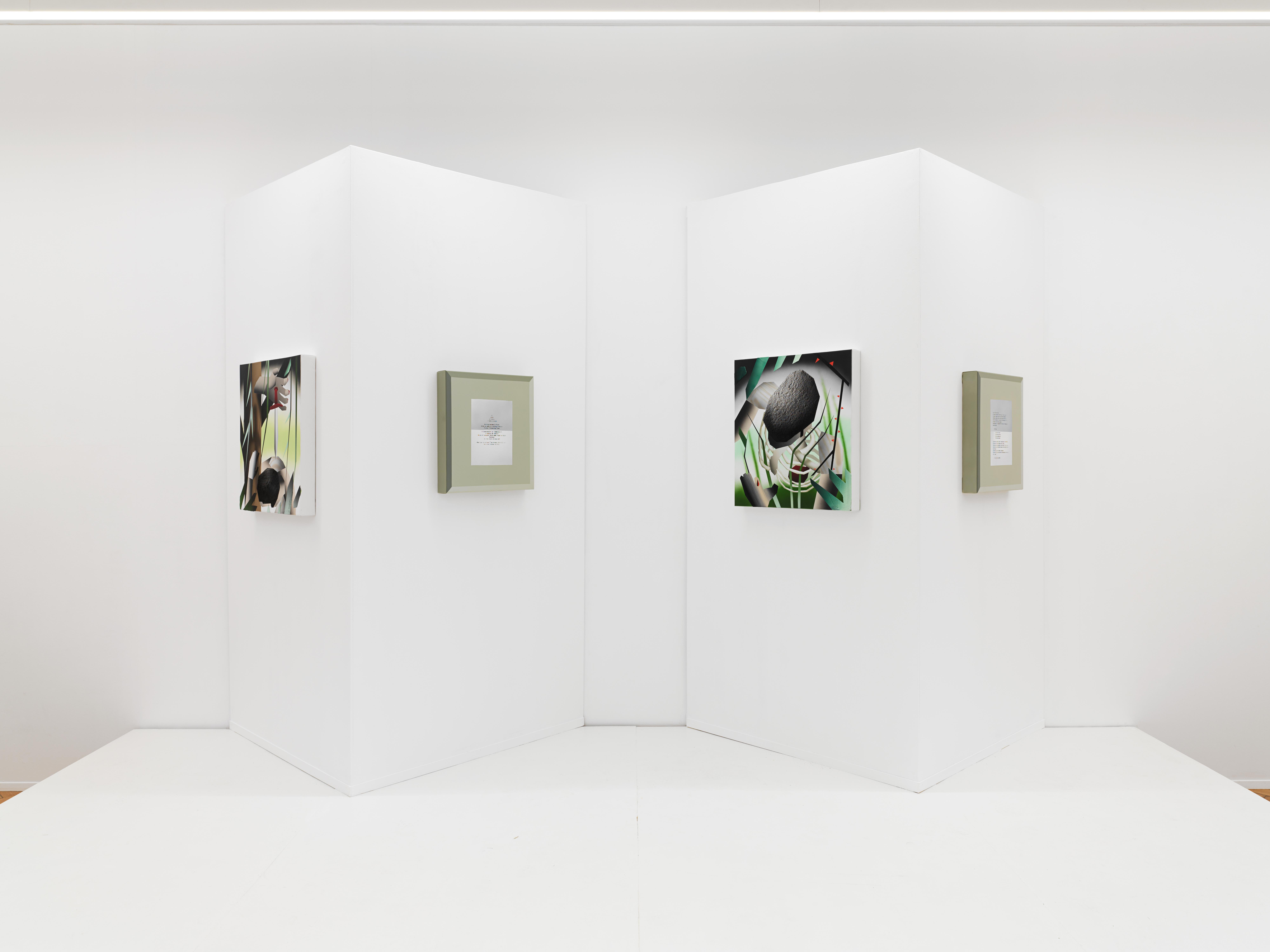 Blick auf eine weiße Wand, an die vier Gemälde gehängt sind