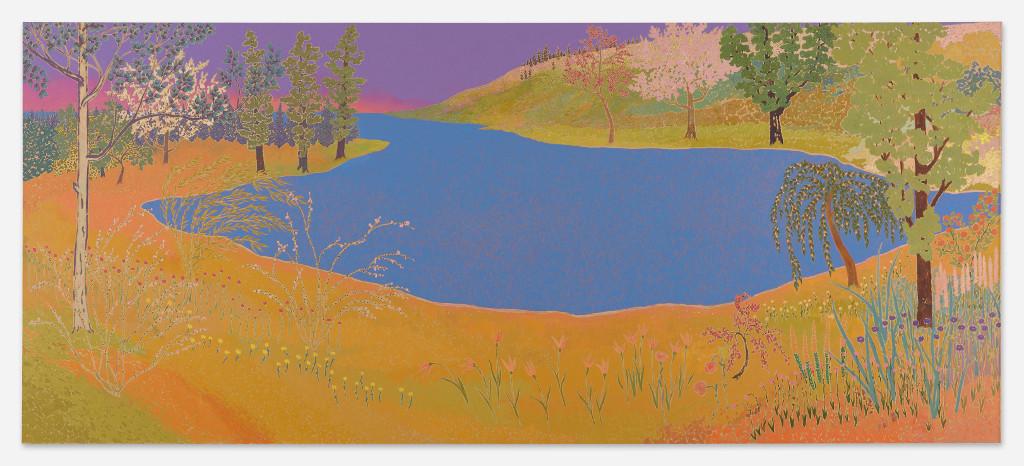 Das Bild zeigt eine farbige Landschaft mit einem See in der Bildmitte. Die Landschaft ist hügelig, auf den Hügeln wachsen Bäume und Sträucher. Die Farbgebung des Bildes ist nicht vollkommen naturgetreu, der Boden im Vordergrund ist gelb-orange, der Himmel im Hintergrund rosa-violett. Der Stil des Bildes erinnert an japanische traditionelle Landschaftsbilder.