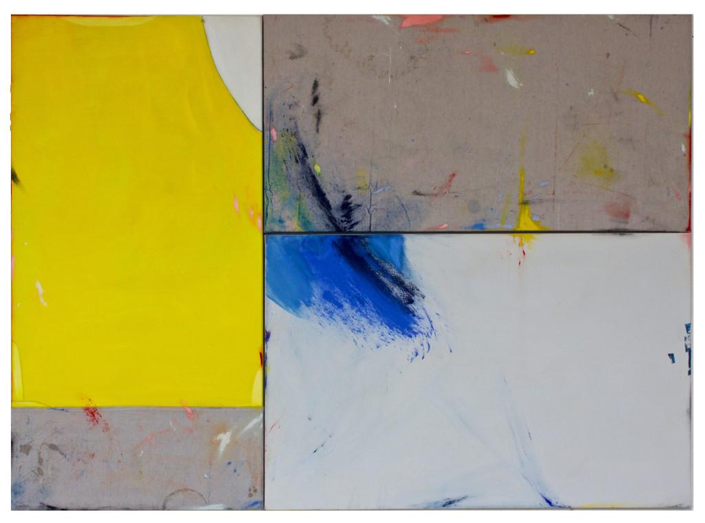 Das Bild zeigt ein abstraktes Gemälde, bestehend aus drei aneinander liegenden Leinwänden. Ein der Leinwand ist senkrecht links angeordnet, die anderen beiden waagerecht auf der rechten Seite; zusammen haben sie die gleiche Höhe wie die Leinwand auf der linken Seite. Die linke Leinwand ist zu drei Vierteln mit kräftiger gelber Farbe bemalt, die rechte untere Leinwand mit hell-grauer Farbe. Rechts oben und links unten ist die rohe, graue Leinwand zu sehen. Über das gesamte bIld sind Farbstriche und -kleckse in u.a. Blau, Rosa, Gelb und Rot verteilt.