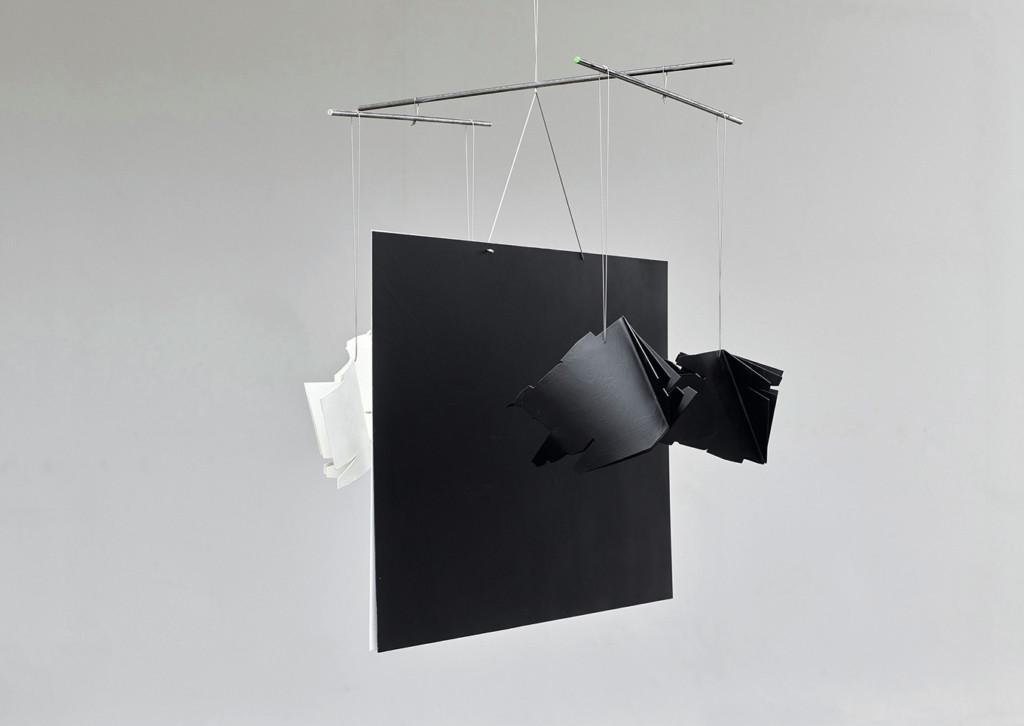 Blick auf eine viereckige schwarze Skulptur