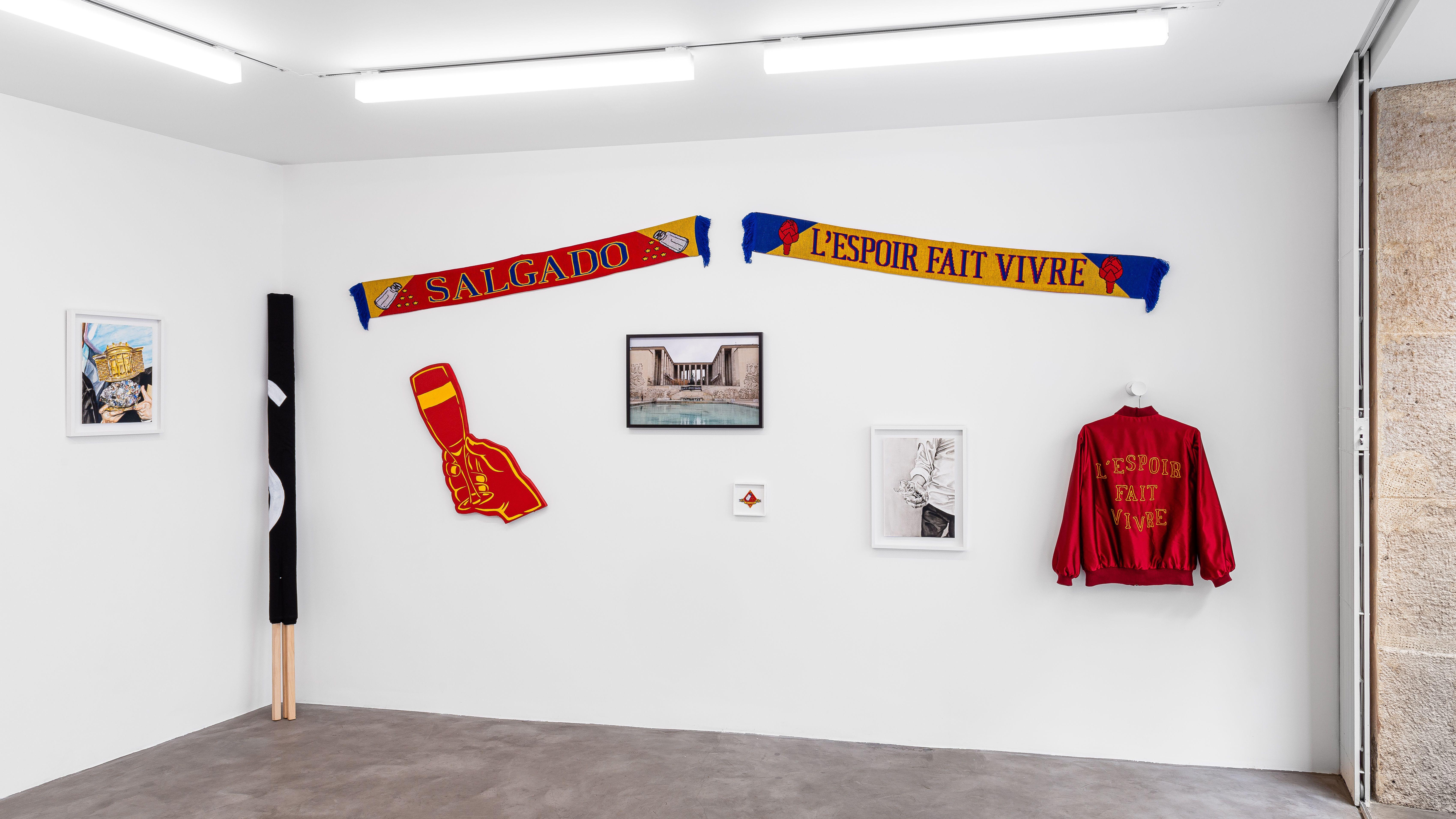 Einblick in einen weißen Galerieraum, in dem verschiedene Werke hängen