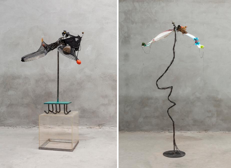 Links eine Skulptur mit einem Netz, rechts eine Skulptur mit weißen Elementen.