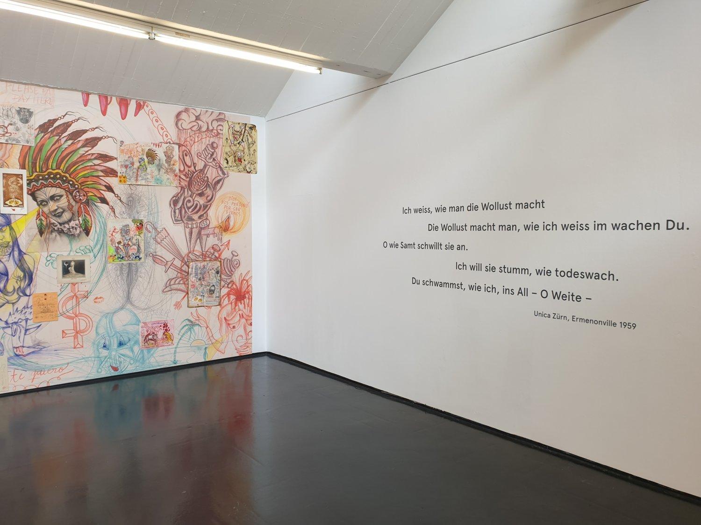 """Blick in die Ausstellung """"Das Spiel von der Einverleibung"""" im Galeriehaus Defet."""
