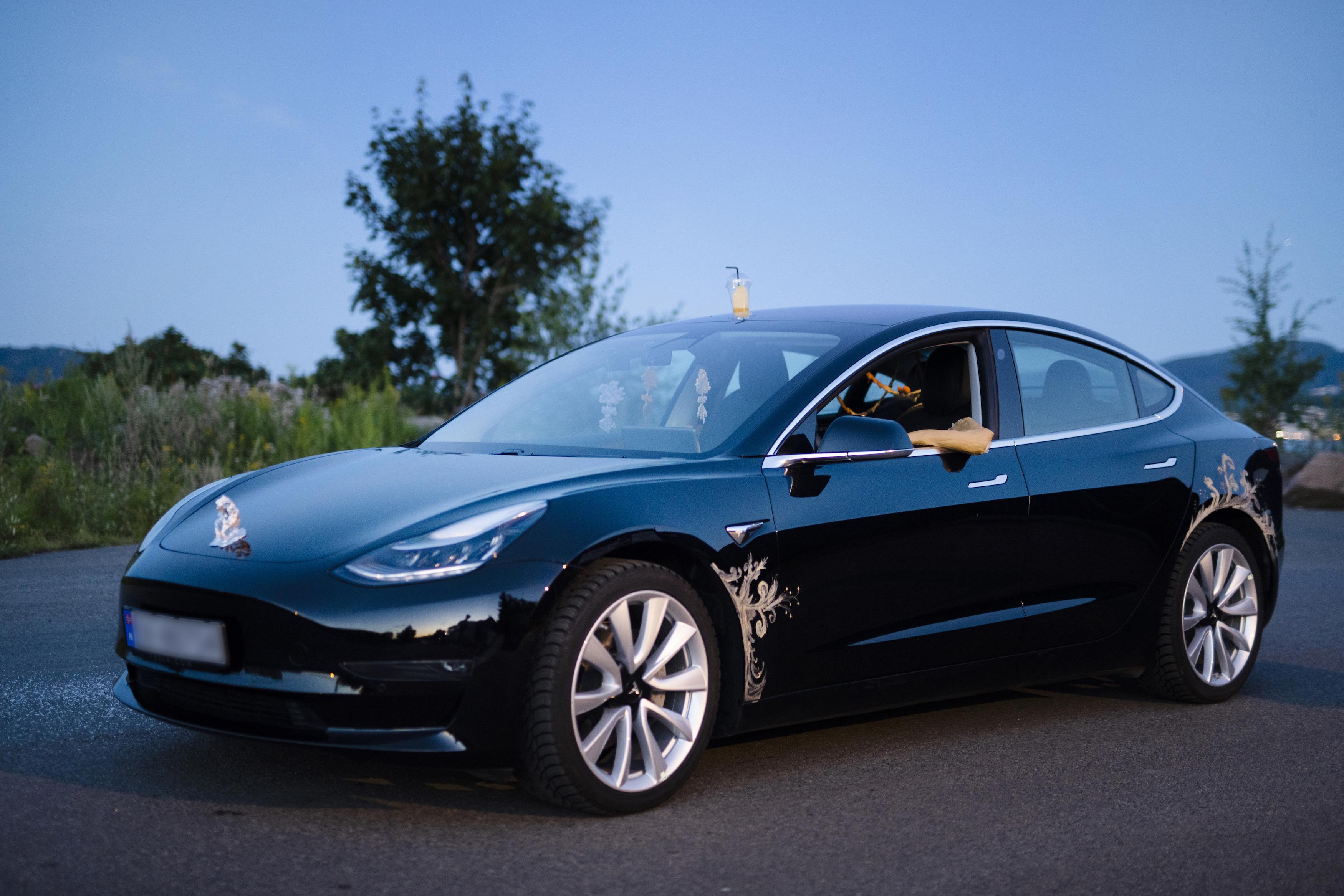 """Ein Tesla wird bei """"Incubation Highway"""" zum Ausstellungsraum."""