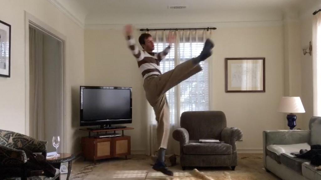 Film still von Matt Hilvers Video Decadance zeigt den Künstler tanzend in seinem Wohnraum bzw. Arbeitsraum