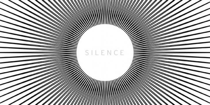 Malerei von Mathias Roloff in schwarz-weiß. In der Mitte steht das Wort Silence in einem Kreis, das eingerahmt wird von schwarzen Strahlen.