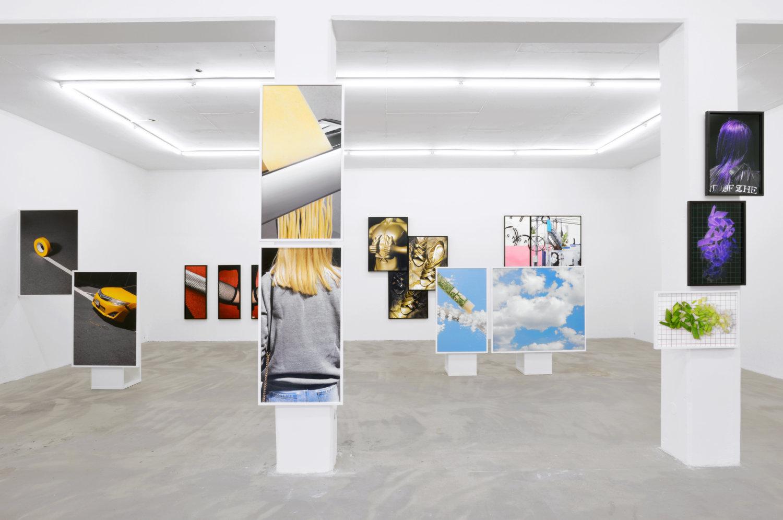 Foto-Installation von Viktoria Binschtok in der Galerie Klemms.