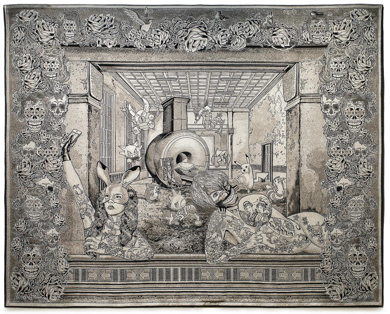 große Tapisserie, Textiles Gewebe mit vielen Motiven. Menschen im Vordergrund, Tiere und Figuren im Hintergrund. Eingerahmt wird das Bild von Totenköpfen und Pflanzen.