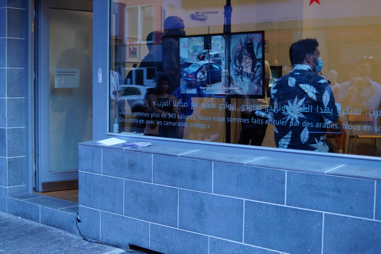 """Außenansicht des Ausstellungsraums SYNNIKA, wo derzeit die Ausstellung """"MITHLY"""" zu sehen ist."""