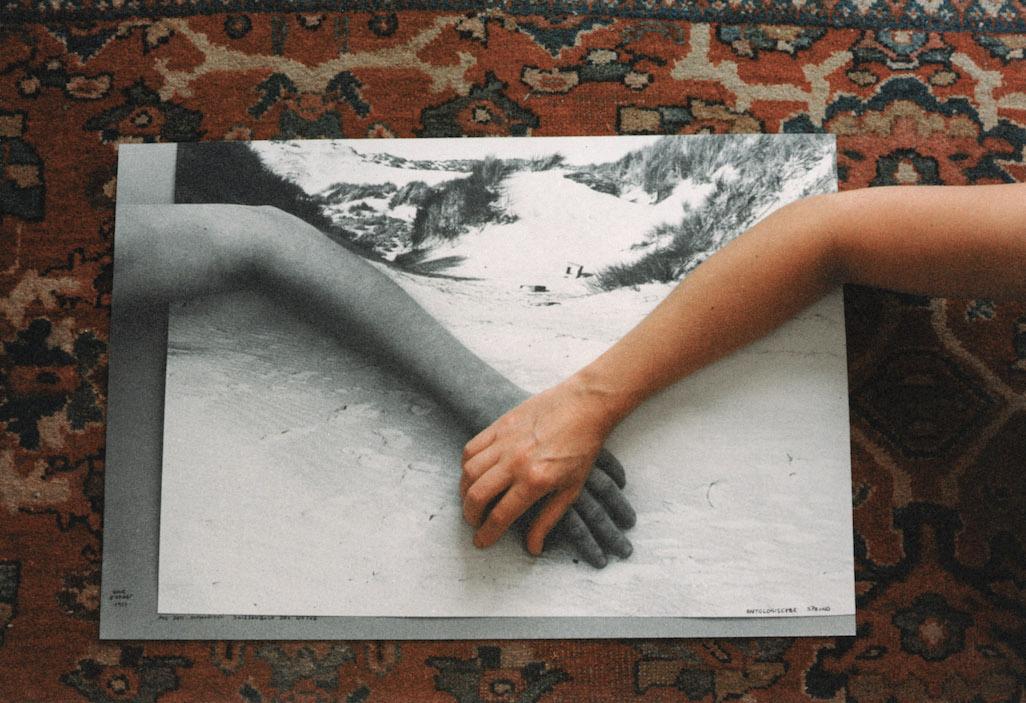 Ontologischer Sprung von VALIE EXPORT ist eine konzeptuelle Fotografie und zeigt ihre Hände oder Füße.
