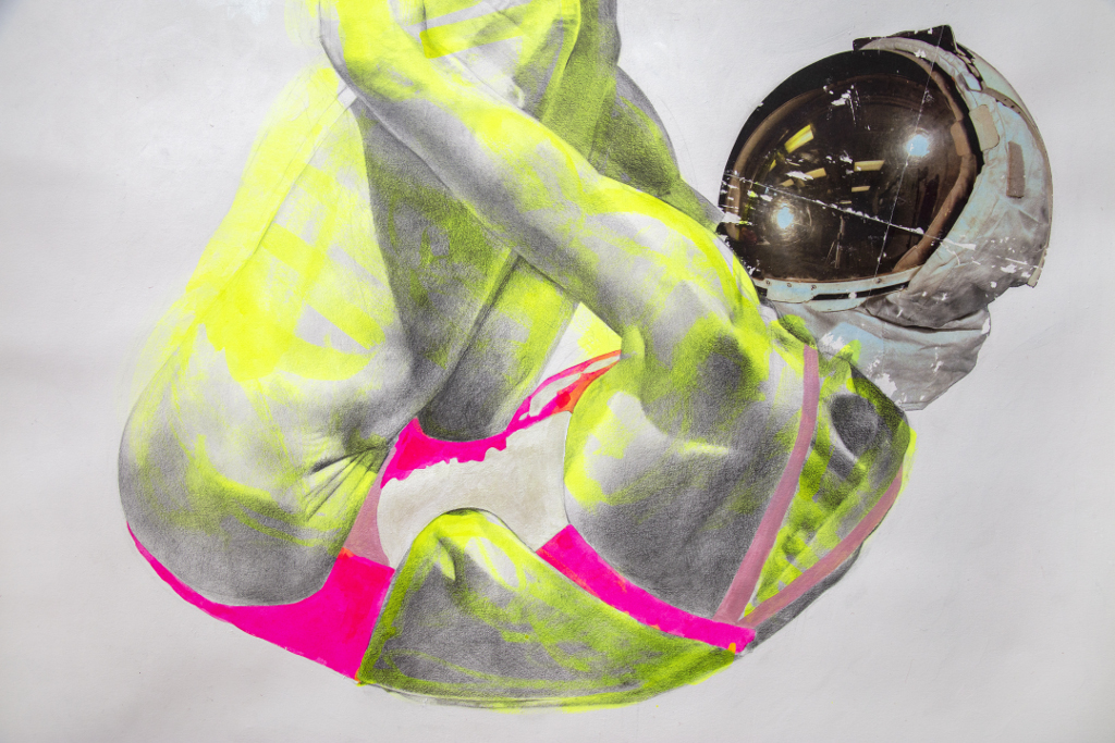 Das Bild zeigt einen gebeugten menschlichen Oberkörper, bei welchem die Arme die Beine umschließen. Der Körper scheint mit dem Rücken auf dem Bildboden zu liegen, Beine und Aber zeigen aus dem oberen Rand des Bildes hinaus. Die Figur trägt einen Atronauten-Helm und eine Art Turner-Leibchen. Der Körper scheint sehr muskulös. Bei der Darstellung handelt es sich um eine Bleistiftzeichnung mit neon-gelben und -Pinken Markierungen.