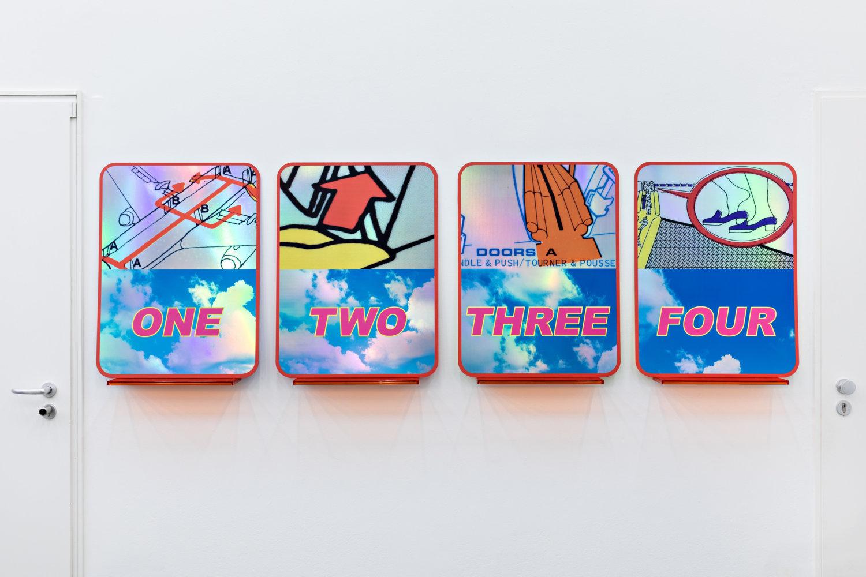 Vier Flugzeugfenster-artige Arbeiten von Cemile Sahin.