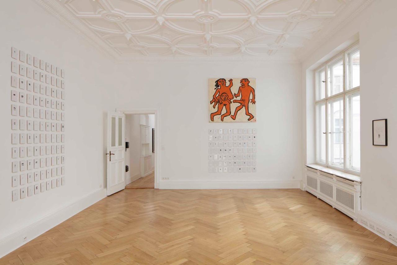 Ausstellungsansicht in einer Berliner Altbauwohnung mit Stuck an den Decken. An den Wänden hängen Bilder.