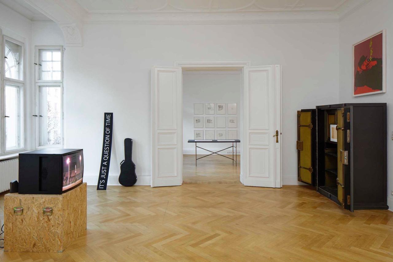 Ausstellungsansicht einer Berliner Altbauwohnung mit offener Flügeltür in der Mitte.