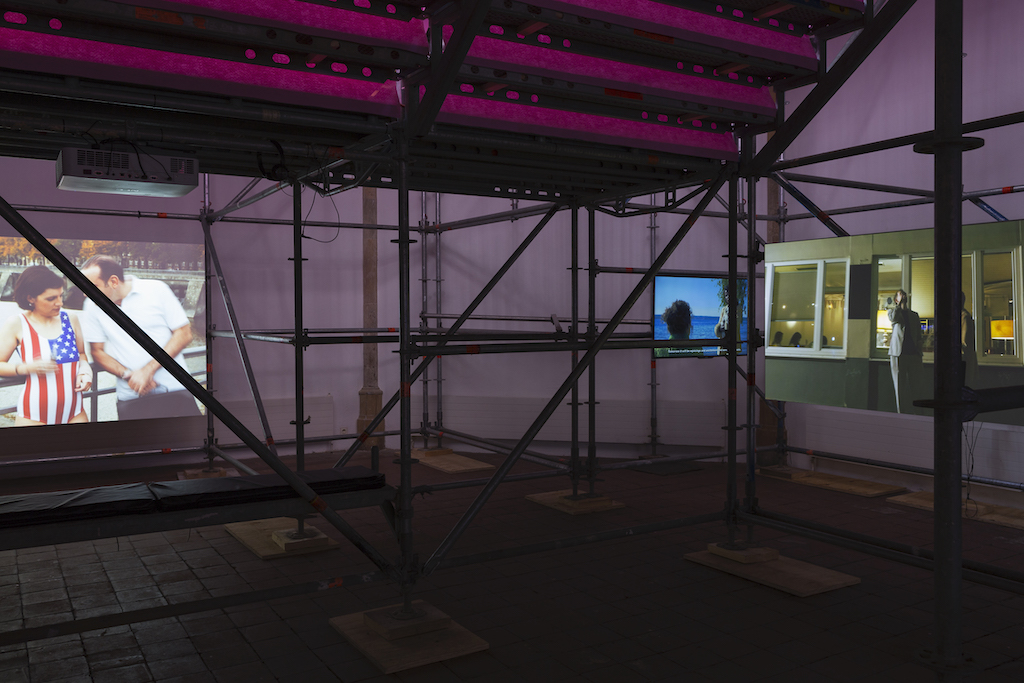 Installationsansicht Jovana Reisinger, Men in Trouble, Kunsthalle Osnabrück, 2020. Foto: Lucie Marsmann.