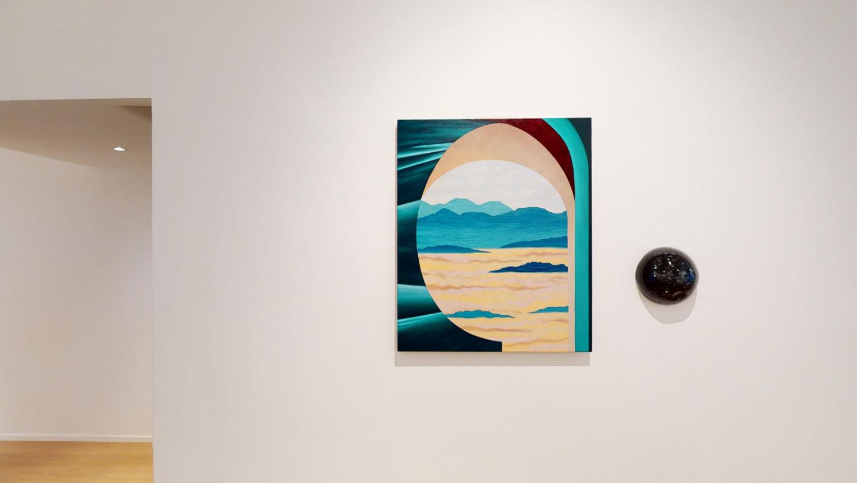 Ein Gemälde und eine runde Skulptur vor einer weißen Wand n der Galerie Marie Laure Fleisch in Brüssel.