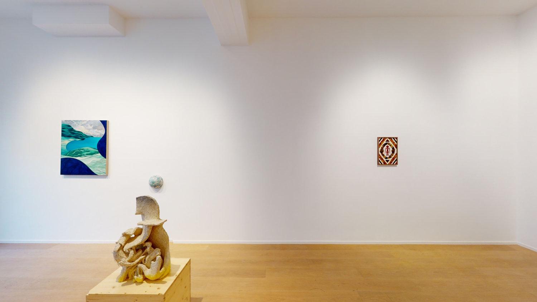 Ein weißer Raum in der Galerie Marie-Laure Fleisch mit Werken der Künstlerin Joan Tremblay.