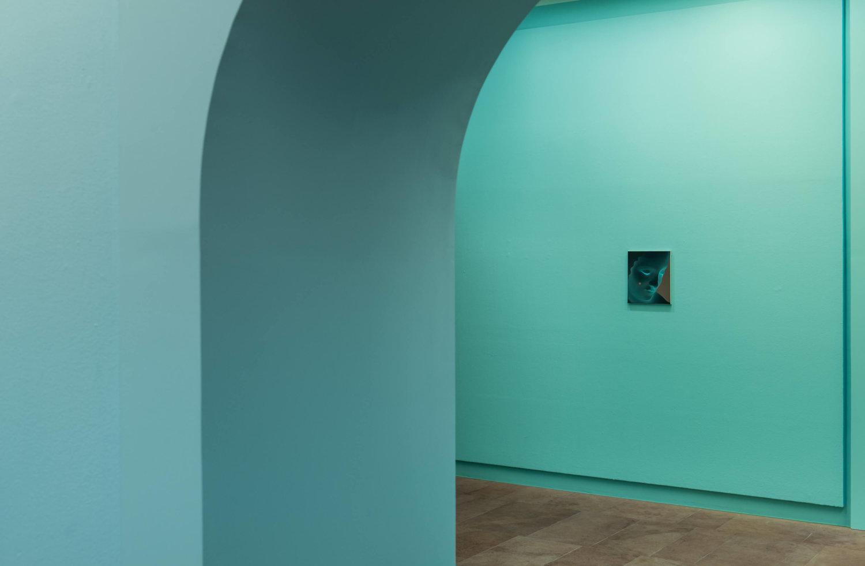 Malerei von Vivian Greven im Kunstpalais Erlangen auf türkisfarbener Wand.