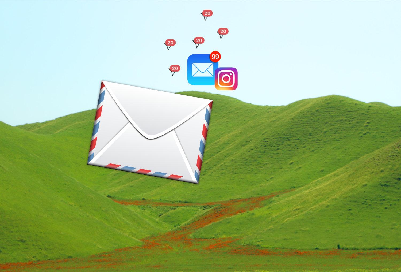 """Ein Briefumschlag, das E-Mail-Icon, das Instagram-Icons und viele """"Ungelesene Nachricht""""-Erinnerungen fliegen über einen grünen Hügel."""
