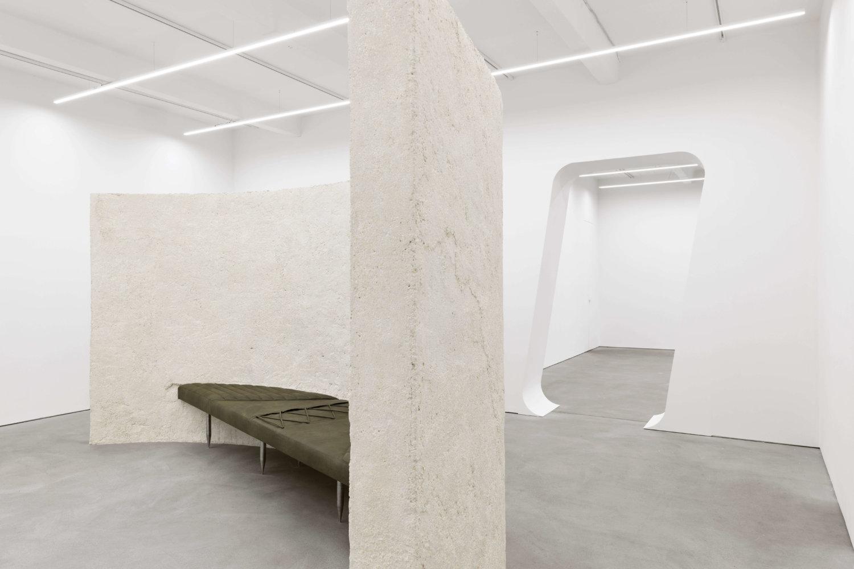 Installationsansicht mit Arbeiten von Klára Hosnedlová bei Kraupa-Tuskany-Zeidler.