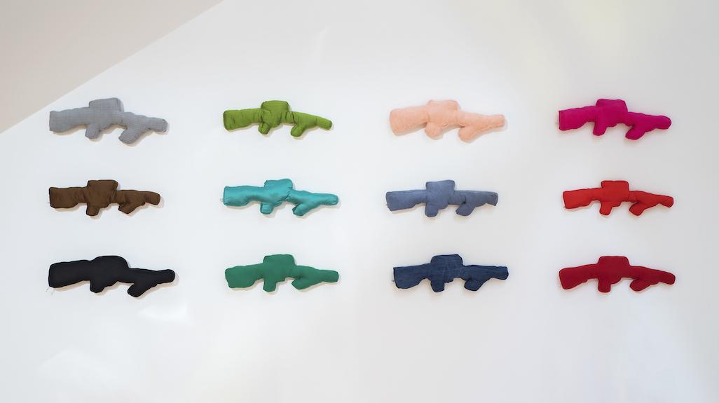 Installation mit Textil-Pistolen von Michaela Melian im Lenbachhaus