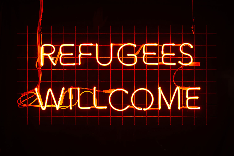 "Neon-Röhren, die den roten Schriftzug ""Refugees Welcome"" zeigen. Arbeit von Sejla Kameric, Galerie Tanja Wagner."