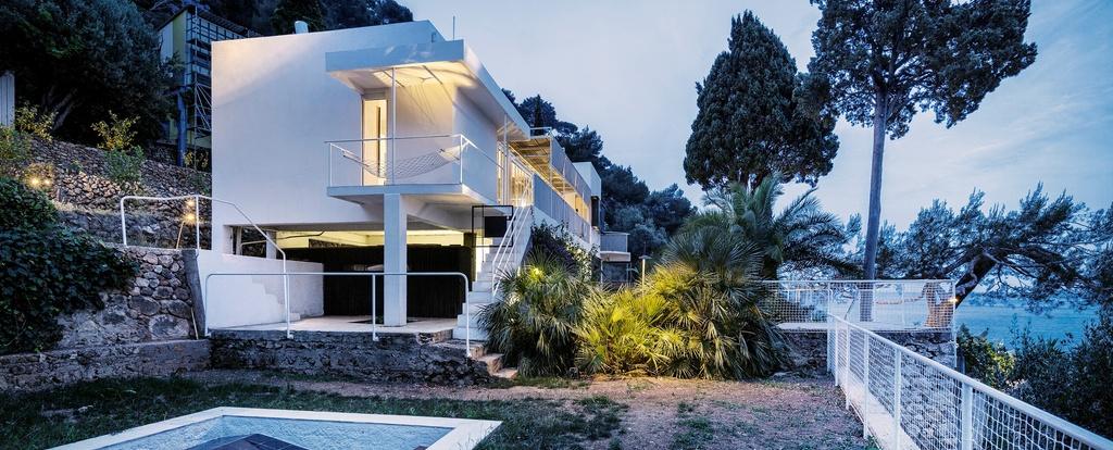 Die Villa E-1027 im Abendlicht erleuchtet.