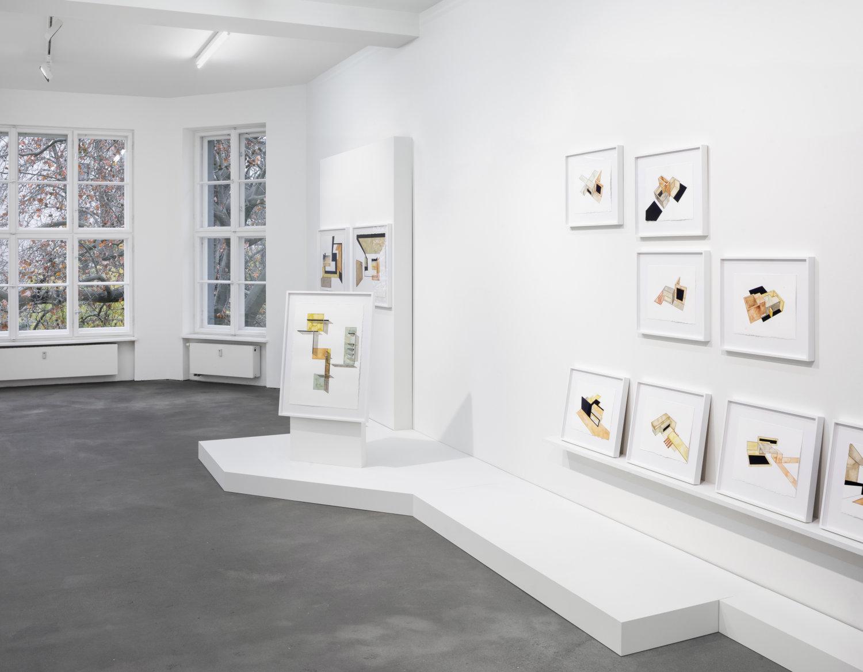 Einblick in die Galerie Sprüth Magers in Berlin mit den Werken von Andrea Zittel.