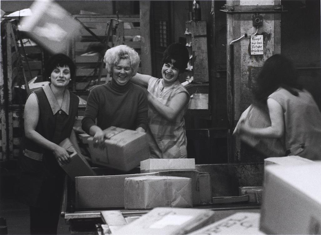 Fotografie von Barbara Klemm zeigt Postarbeiterinnen in den 1970er-Jahren