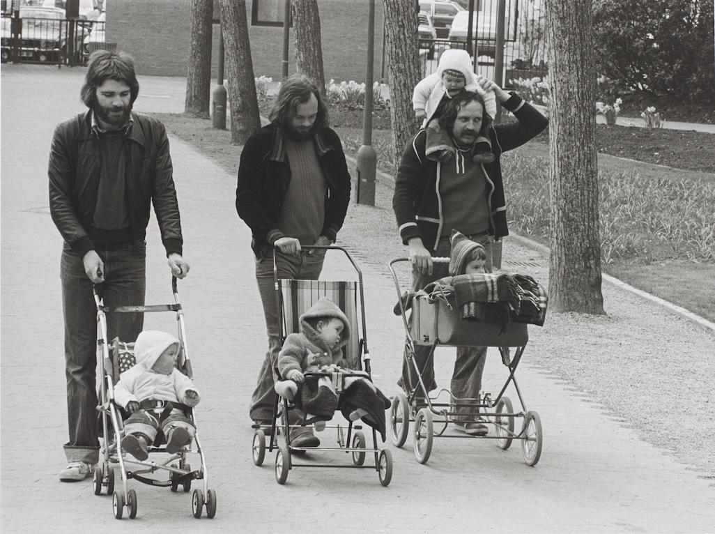 Fotografie von Barbara Klemm mit drei Männern mit Kinderwagen aus den 1970er Jahren