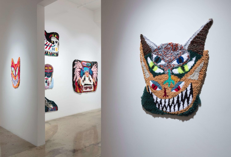 Wandteppiche von Hannah Epstein, im vordergrund eine katzenartige Fratze.