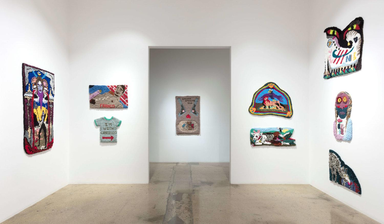 Viele bunte Wandteppiche von Hannah Epstein in der Galerie Steve Turner in Los Angeles.
