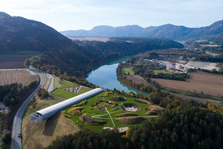 Luftaufnahme des Liaunig Museums, das sich auf einem Berg befindet.